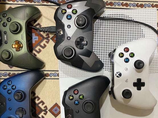 Xbox one S with four controllers