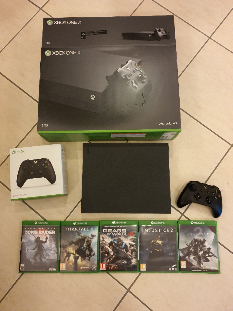 Xbox One X + 2 controllers + 6 games